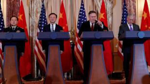 Từ trái qua phải: Bộ trưởng Quốc Phòng Trung Quốc Ngụy Phượng Hòa, Ủy Viên Quốc Vụ Viện Trung Quốc Dương Khiết Trì, ngoại trưởng Mỹ Mike Pompeo, bộ trưởng Quốc Phòng Mỹ James Mattis, họp báo chung ngày 09/11/2018 tại Washington (Mỹ).