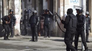 Cảnh sát chống bạo động Ai Cập canh gác trước cửa trường đại học Al Azhar, Cairo, ngày 29/12/2013