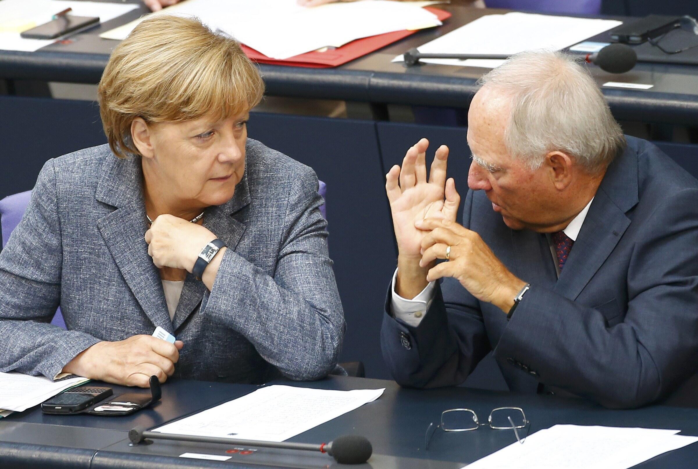 Канцлер Германии Ангела Меркель и министр финансов Вольфганг Шойбле на заседании Бундестага, 19 августа 2015.