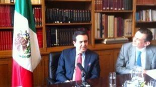 El secretario Ildefonso Guajardo (centro), con el embajador Agustín García-López de Loaeza, en la sede de la embajada de México en París, 23 de marzo de 2015.