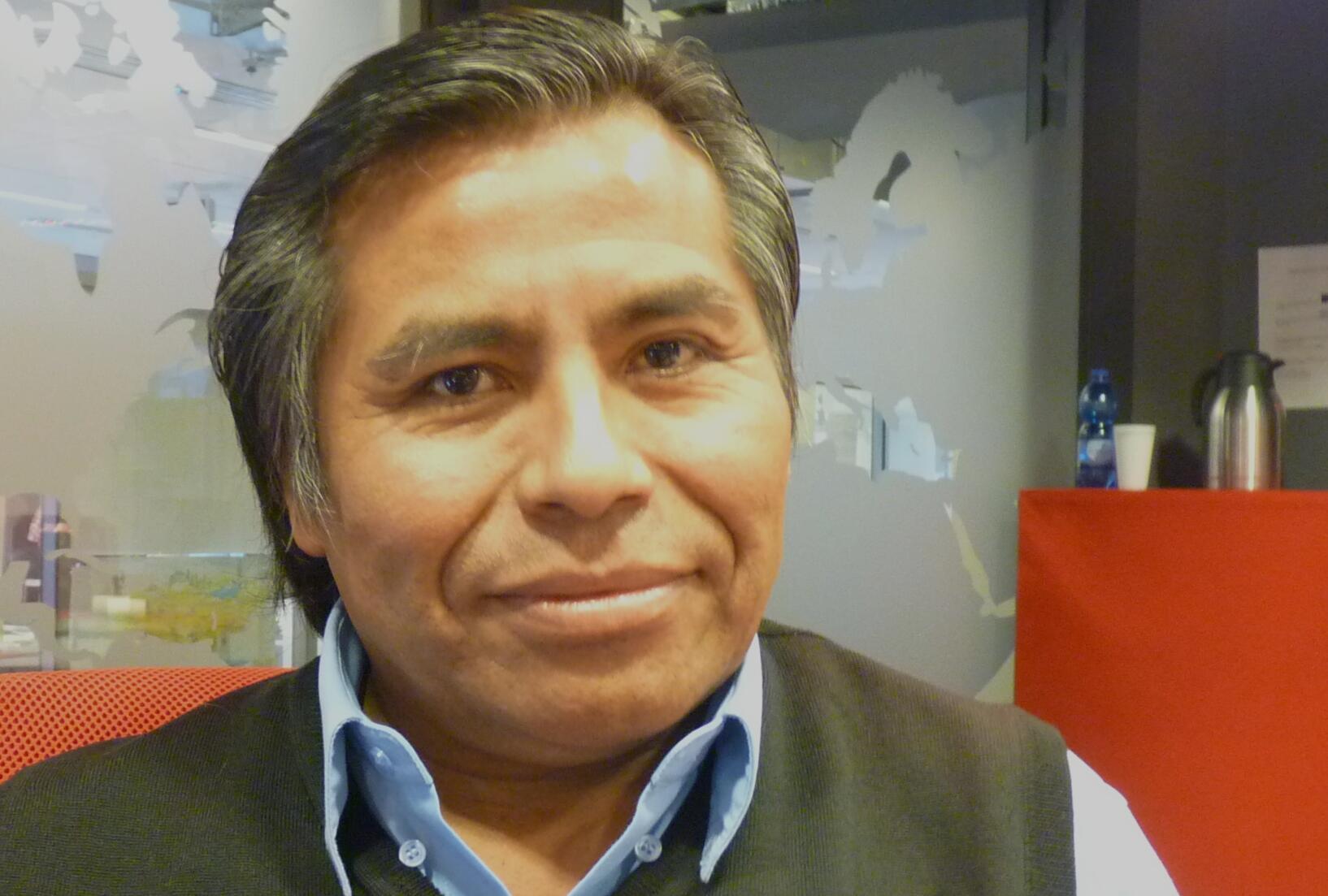 El poeta peruano Porfirio Mamani Macedo en los estudios de RFI