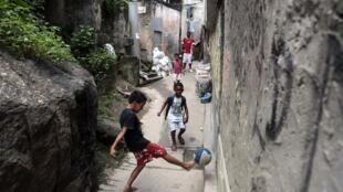 Enfants jouant dans la favela Chapeu Mangueira de Rio de Janeiro, le 3 mai 2011.
