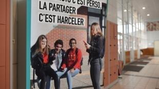 Une affiche dans une école de Clamart, en banlieue de Paris, lors d'une campagne de sensibilisation à l'intimidation, le 15 novembre 2018.