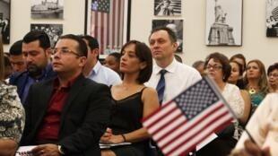 Cérémonie de naturalisation pour 144 nouveaux citoyens américains originaires d'Argentine, Cameroun, Guatemala, France, Haïti, etc. Le 17 août 2018 à Miami, en Floride.