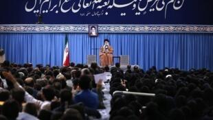 علی خامنهای، رهبر جمهوری اسلامی ایران، ضمن محکوم کردن حمله نیروهای آمریکایی به مواضع حشدالشعبی در عراق، گفت: ملاحظه کنید آمریکاییها در عراق و سوریه چه میکنند آنها انتقام داعش را از حشدالشعبی میگیرند.