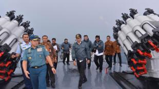 Tổng thống Indonesia Joko Widodo (giữa) trên chiến hạm KRI Imam Bonjol tại vùng biển Natuna.