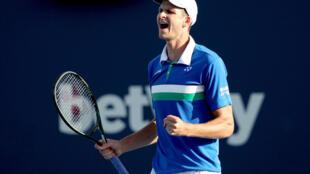 El polaco Hubert Hurkacz eliminó al griego Stefanos Tsitsipas y avanzó a sus primeras semifinales de un Masters 1000 en Miami.