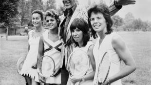 De gauche à droite, 4 célèbres joueuses de tennis des années 70: la Britannique Virginia Wade, l'Australienne Evonne Goolagong, Rosemary Casals et l'Américaine Billie Jean King, photographiées le 25 juin 1973 avec le designer Teddy Tinling.