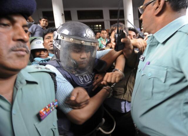 Policiais escoltam o proprietário do imóvel Rana Plaza após sua audiência nesta terça-feira, 30 de abril de 2013,  em Dacca.