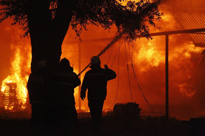 Bombeiros apagando incêndio na cidade de Vyksa, Rússia.