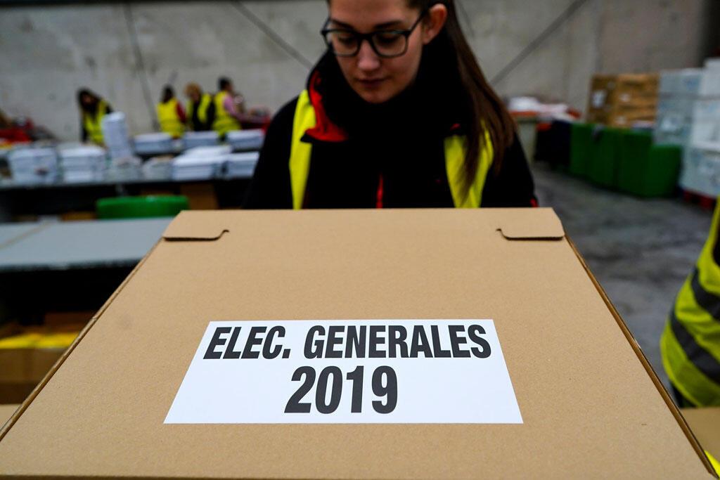 Un ouvrier décharge un carton contenant des bulletins de vote pour les élections législatives anticipées du 28 avril 2019 à Alcala de Henares, près de Madrid, en Espagne (image d'illustration).