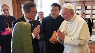 Giáo hoàng Phanxicô tiếp tổng thống Hàn Quốc Moon Jae-in tại Vatican ngày 18/10/2018.