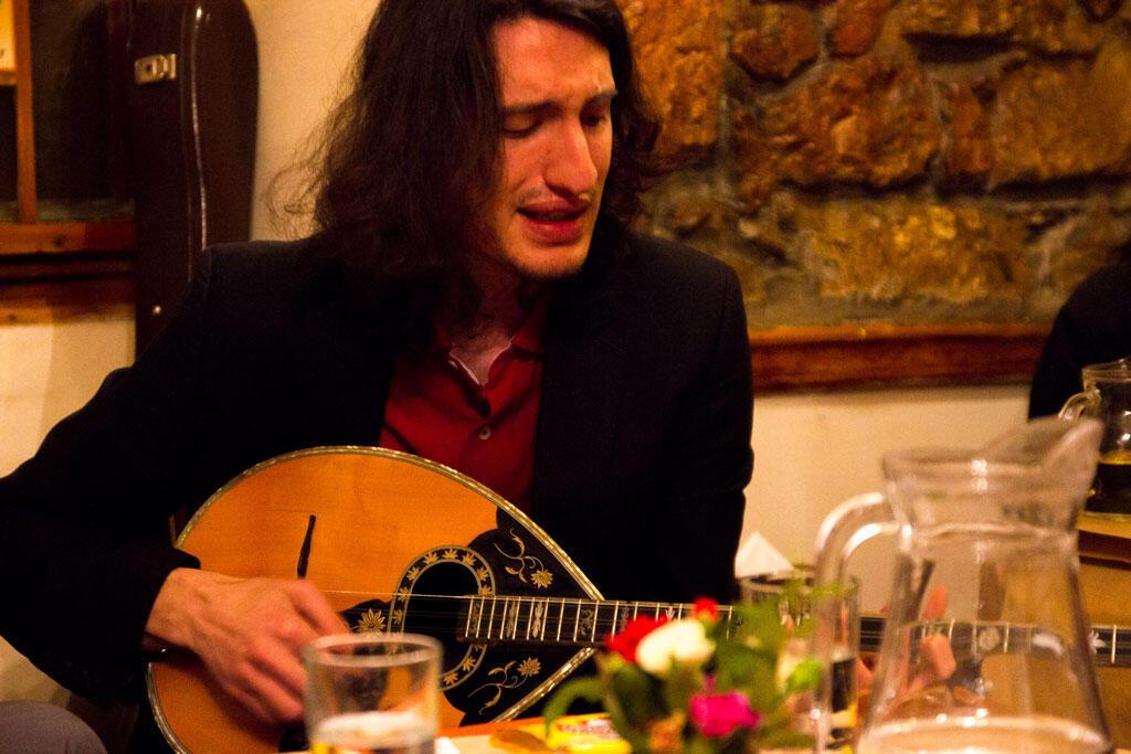 Tanos Bouris a du mal à s'en sortir. Pour ce joueur de bouzouki, les concerts se font plus rares.
