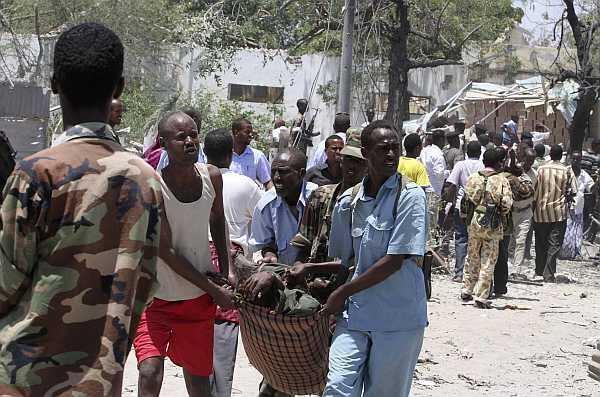 Residentes transportan a una víctima del atentado suicida en las calles de Mogadiscio, el 4 de octubre de 2011.