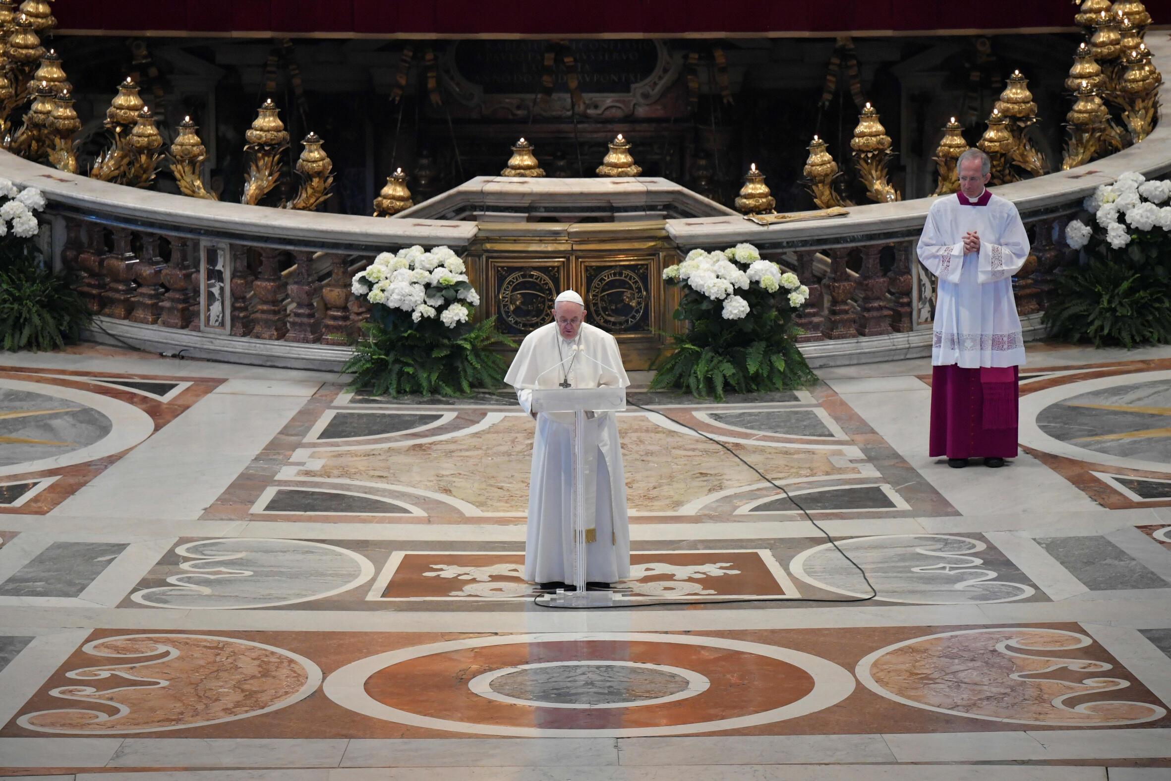 Pope François celebrating Easter Mass on his own on 12 avril 2020.