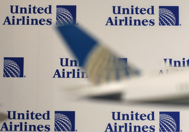 ក្រុមហ៊ុនអាកាសចរណ៍ United Airlines អូសបណ្តេញអ្នកដំណើរយ៉ាងកំរោល