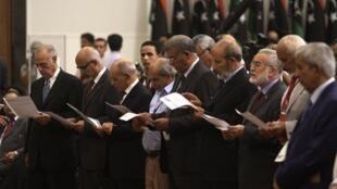 Congressistas líbios escutam juramento antes de começar seu primeiro dia de trabalho em Trípoli, nesta quarta-feira.