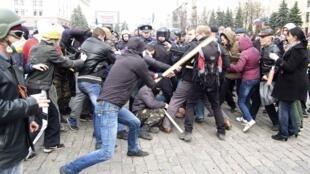 Драка между пророссийскими (Л) и проукраинскими активистами в Харькове 07/04/2014