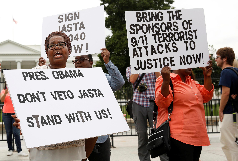 De nombreuses personnes ont manifesté devant la Maison Blanche, appelant le président Obama à ne pas s'opposer à un projet de loi en faveur des victimes des attentats du 11-Septembre, le 20 septembre 2016.
