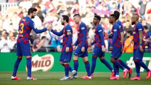 Lionel Messi célèbre avec les autres joueurs du FC Barcelone son premier but contre Eibar ce samedi 22 février 2020.