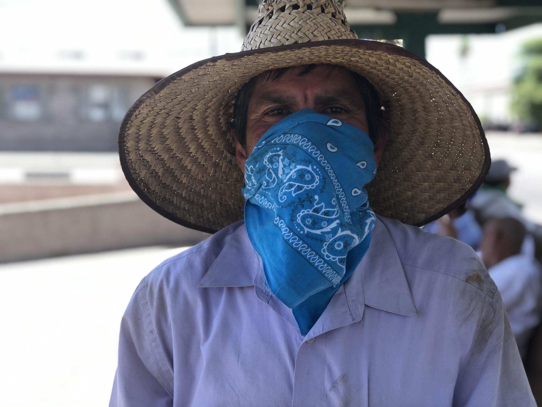 Au poste frontière d'El Centro en Californie, Francisco Pancho, travailleur mexicain dans les champs californiens, se protège du Covid comme il peut.