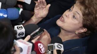 La presidenta Rousseff habla a la prensa el 26 de febrero de 2015, Brasilia.