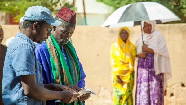 """Le cinéaste sénégalais Mamadou Dia sur le tournage de son premier long métrage """"Le père de Nafi""""."""