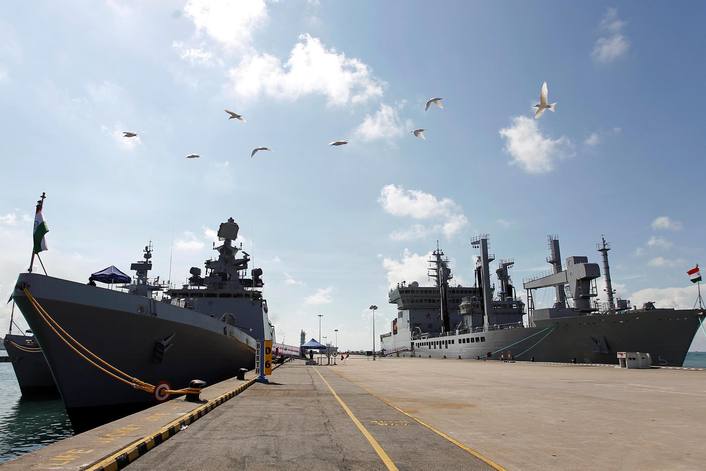 Ảnh minh họa : Hai chiến hạm của Hải Quân Ấn Độ tại căn cứ hải quân Changi (Singapore) ngày 10/05/2018. Hôm 21/05/2018, đội tàu Ấn Độ đã ghé cảng Tiên Sa (Đà Nẵng) chuẩn bị tập trận với Hải Quân Việt Nam.