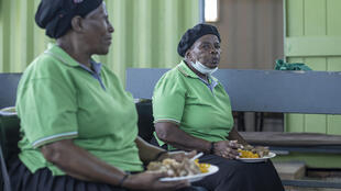 Preparación de comida en un centro comunitario de Johannesburgo con verduras que quedaron sin vender en el mercado el 17 de febrero de 2021