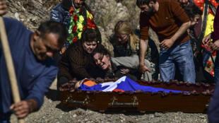 Una mujer llora sobre el cuerpo de su hijo antes de que sea enterrado, en Stepanakert, en Nagorno Karabaj, el 17 de octubre de 2020