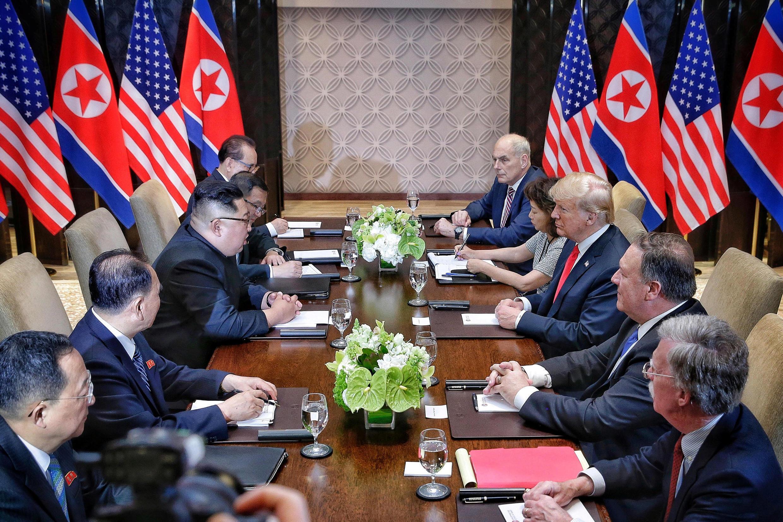 Cảnh 2 phái đoàn Mỹ (p) và Bắc Triều Tiên gặp nhau như tại Singapore ngày 12/06/2018 trong bức ảnh này, sẽ tái diễn tại Việt Nam vào cuối tháng Hai 2019.