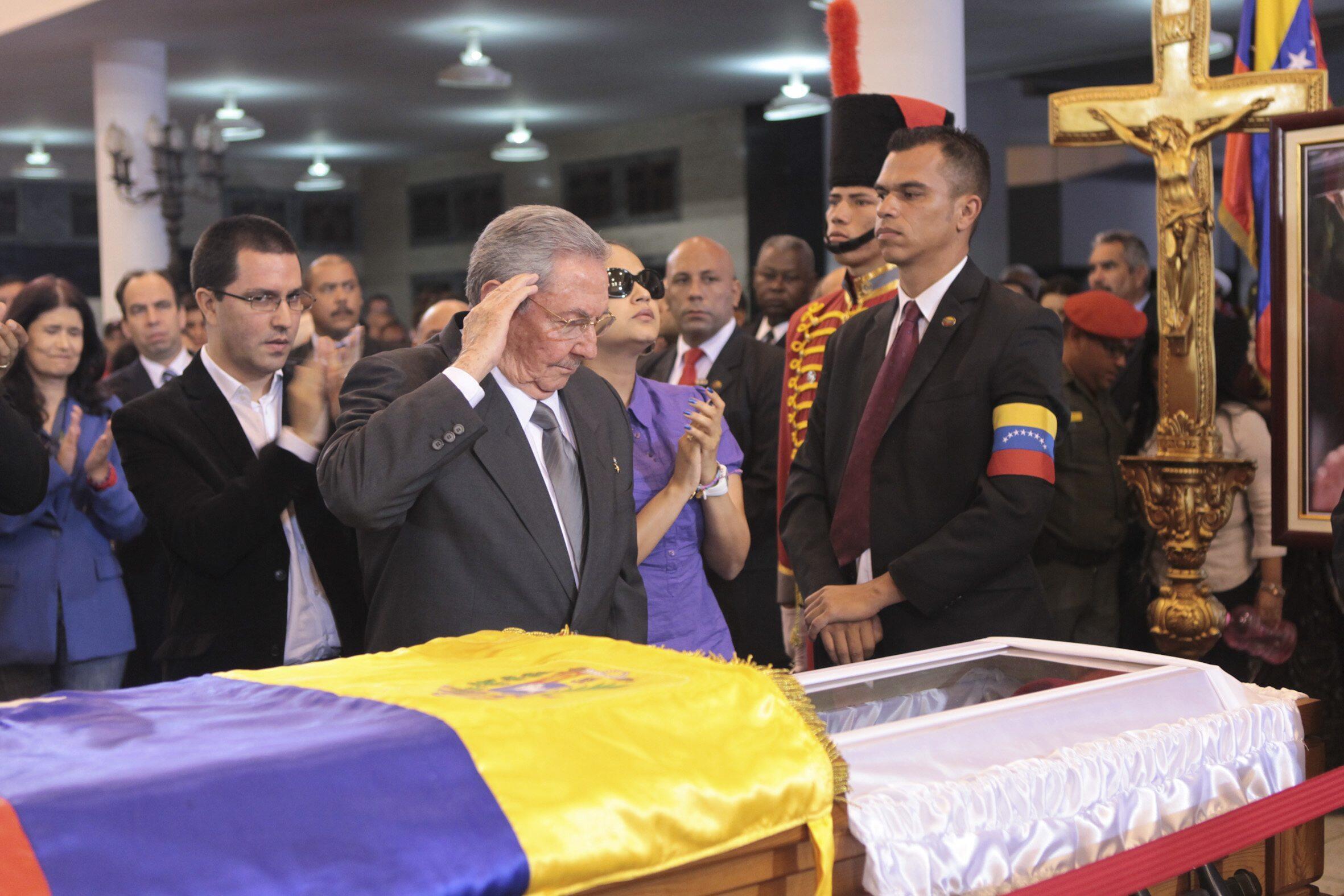 O presidente de Cuba Raul Castro durante velório do Presidente Hugo Chávez.