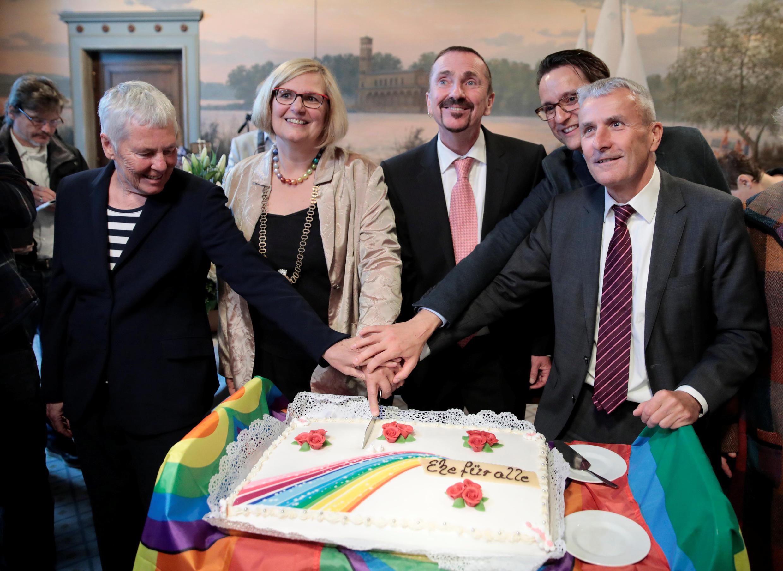 Первая однополая пара, заключившая первый брак в Германии: Карл Кайле (в центре) и Бодо Менде (справа). 1 октября 2017 г.