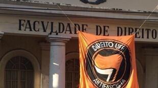 """A faixa com os dizeres """"Direito UFF Antifascista"""" foi retirada do prédio da Faculdade de Direito da Universidade Federal Fluminense (UFF)"""
