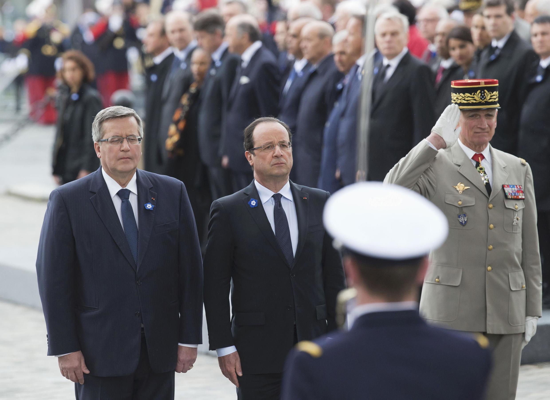 O presidente francês, François Hollande, ao lado do chefe de Estado polonês, Bronislaw Komorwski, diante do túmulo do Soldado Desconhecido, em 8 de maio de 2013.