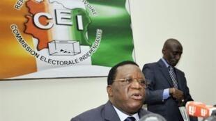 Youssouf Bakayoko, président de la Commission électorale ivoirienne lors d'une conférence à Abidjan.