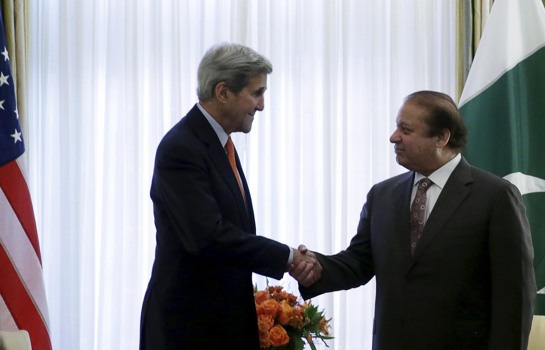 巴基斯坦總理謝里夫(右)2015年10月21日在華盛頓與美國務卿克里(左)會談。
