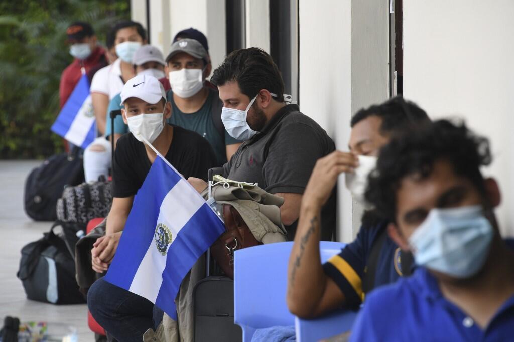 Ciudadanos de El Salvador repatriados de Honduras a su llegada a un centro para pasar la cuarentena. Foto en San Salvador, 1 de mayo de 2020.
