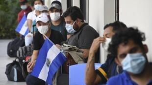 Des Salvadoriens rapatriés du Honduras à leur arrivée dans un centre où ils seront mis en quarantaine pour empêcher la propagation du coronavirus à San Salvador, le 1er mai 2020.