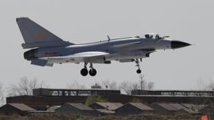Tiêm kích J-10 của Trung Quốc cất cánh từ căn cứ không quân ở ngoại ô Thiên Tân (ảnh chụp 13/04/2010)