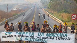 Manifestantes indígenas Kayapo bloqueiam a rodovia BR-163, perto de Novo Progresso, Estado do Pará, em 17 de agosto de 2020.