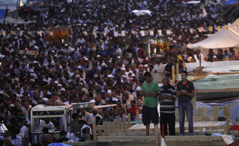 Des membres de la confrérie en pleine prière, place Rabia al-Adawiyya, au Caire, le 12 juillet.