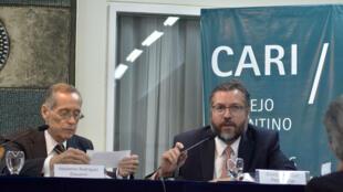 O chanceler Ernesto Araújo (à direita) falou sobre a nova política externa brasileira a uma plateia de diplomatas e acadêmicos, em Buenos Aires.