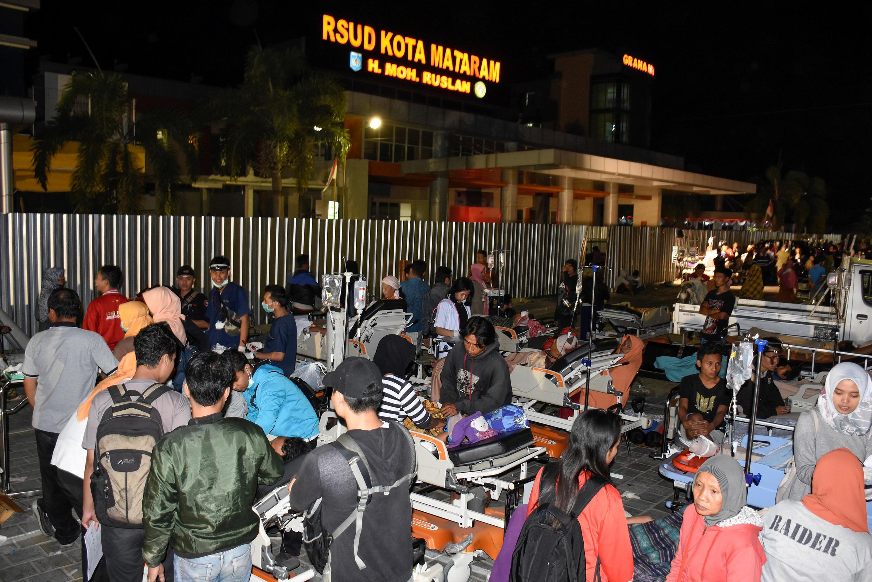 Les patients de l'hôpital de Mataram, à Lombok, ont été évacués sur le parking de l'établissement, après le séisme survenu ce 5 août.
