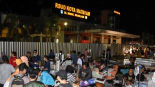 Wagonjwa katika Hospitali ya Mataram huko Lombok walihamishwa kutoka kituo cha magari cha hospitali hiyo baada ya tetemeko la ardhi Agosti 5.