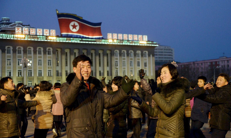 Người dân Bình Nhưỡng vui mừng nhảy múa tại quảng trường Kim Il Sung trước tin thử thành công bom khinh khí, 08/01/2016.