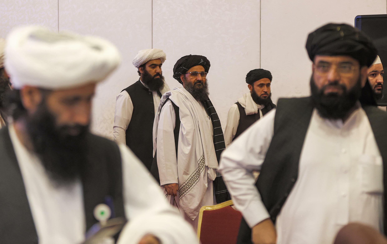 El líder del equipo negociador talibán Mullah Abdul Ghani Baradar (centro) tras la declaración final de las conversaciones de paz entre el gobierno afgano y los talibanes en Doha, capital de Catar, el 18 de julio de 2021