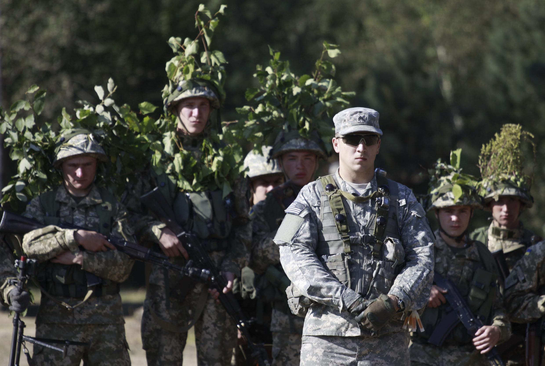 En Lituanie, des soldats de l'Otan mènent des exercices militaires de grande ampleur. Sur la photo, des troupes de l'Otan, qui avaient auparavant mené des exercices en dehors de la ville de Yavoriv, près le Lviv en Ukraine, le 19 septembre 2014.