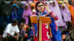 Mshindi wa tuzo la Nobel na mwanaharakati wa masuala ya Elimu, Malala Yousafzai, akiwahutubia wakimbizi wa kambi ya Daadab, nchini Kenya, wakati akiadhimisha siku yake ya kuzaliwa, 12 Julai, 2016.