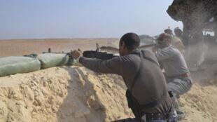 Armée régulière irakienne et membres de tribus au coude à coude contre l'organisation Etat islamique près d'Haditha dans la province d'al-Anbar, le 26 octobre 2014.